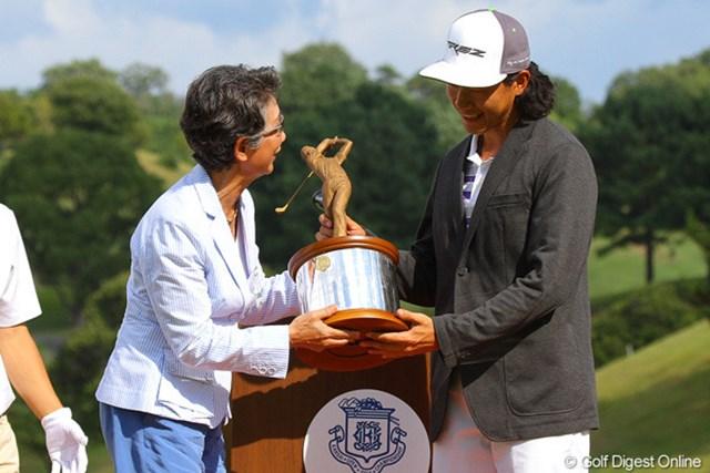 ローアマ受賞者に贈られる中部銀次郎杯を手にした田宰翰(ジョン・ジェハン)。中部夫人がプレゼンターを務めました