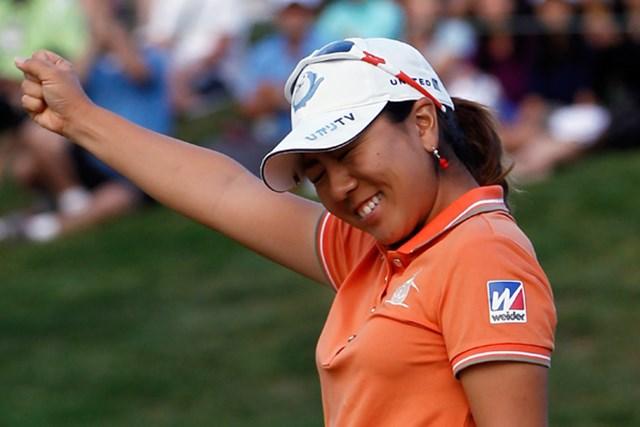 ウィニングパットを決めて右手を挙げて喜びを表す宮里美香(Jonathan Ferrey/Getty Images)