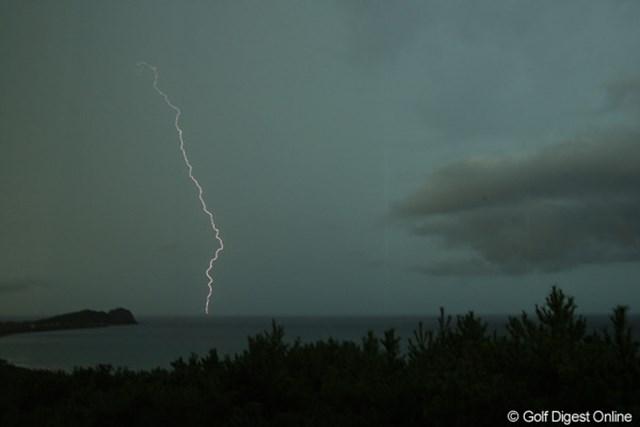 17:55悪天候のため競技サスペンデッドに。まぁこの雷じゃ仕方ないですね