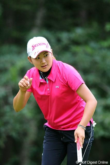現役女子大生の成田美寿々が2位タイの好発進。現在はゴルフに専念し休学中