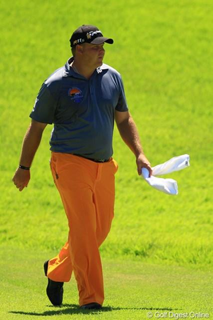 2012年 VanaH杯KBCオーガスタゴルフトーナメント 3日目 カート・バーンズ あまりの暑さに汗だくになり、ラウンド中にも関わらず銭湯へ。って事はありませんが、今日は意外とパンツが地味ですね。最終日のウェアにも注目です