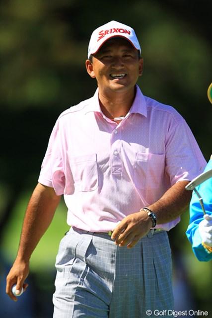2012年 VanaH杯KBCオーガスタゴルフトーナメント 最終日 細川和彦 スコアを4つ伸ばし、単独3位フィニッシュの夏男。「優勝できなかったのは残念だけど、これで来週の試合も出られる・・・。」本当に実感こもったコメントです。シード権復活も期待してます!