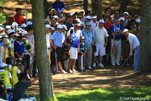 2012年 VanaH杯KBCオーガスタゴルフトーナメント 最終日 貞方章男 18番最終ホールのセカンドショットは林の中へ飛び込み万事休す。でも、果敢に攻めるその姿勢に、ギャラリーからは惜しみない拍手でしたよ。