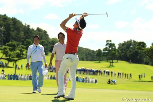2012年 VanaH杯KBCオーガスタゴルフトーナメント 最終日 金亨成 あ~ぁ、スイマセン。せっかくのヒョンソンのガッツポーズは背中越し。初優勝のシーンはいつも全く予測不可能で、本当に撮るのが難しいです。
