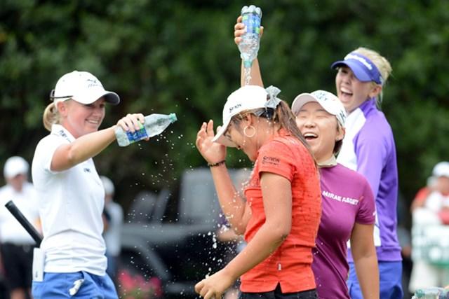 ペットボトルの水で申智愛、ステーシー・ルイスらから祝福を受けるリディア・コー(Harry How/Getty Images)