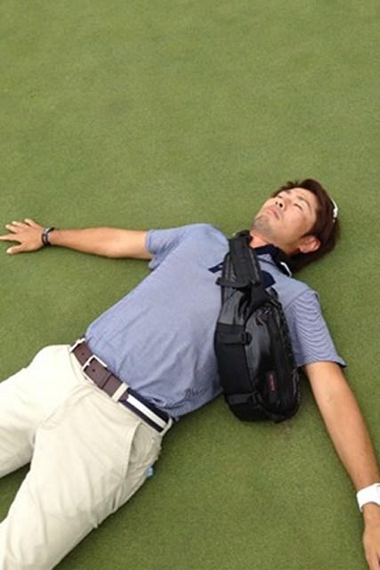 ディフェンディングチャンピオン、諸藤将次選手のコーチでもある石井忍氏。なぜ寝ているのかは不明。