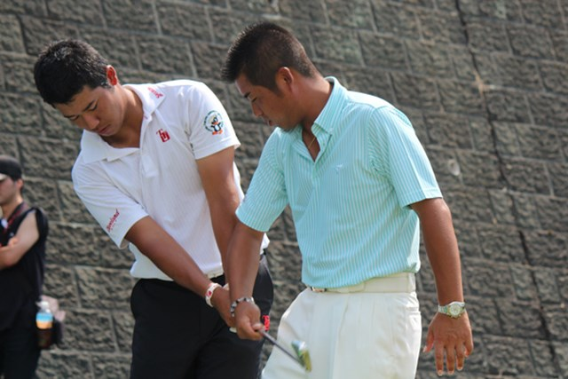 宮城県に訪問した池田勇太ら男子プロたちが、松山英樹など学生にゴルフの指導を行った