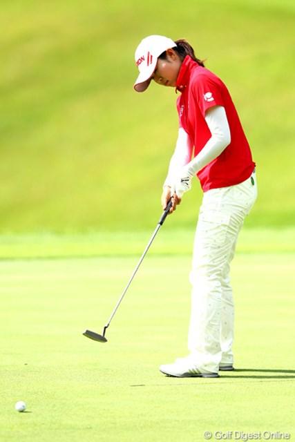 2012年 ゴルフ5レディスプロゴルフトーナメント 初日 永井奈都 パッティングが決まり2位タイにつけた永井奈都。スイングは先輩プロのアドバイスで改善された