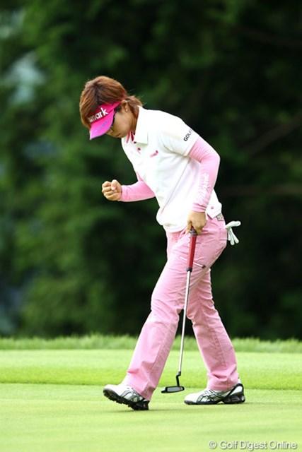 2012年 ゴルフ5レディスプロゴルフトーナメント 初日 穴井詩 ロングパットを入れバーディ、ガッツポーズ!