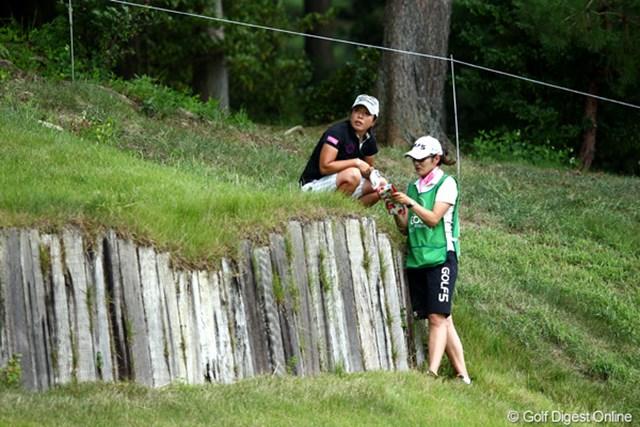 2012年 ゴルフ5レディスプロゴルフトーナメント 初日 佐々木慶子 2番でこんなところにボールが・・・キャディさんと相談?