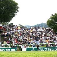 土曜日でギャラリーもけっこう入ってます。辻村明須香のティショット。明日は天候の関係で7時スタートだそうです 2012年 ゴルフ5レディスプロゴルフトーナメント 2日目 1番ティ