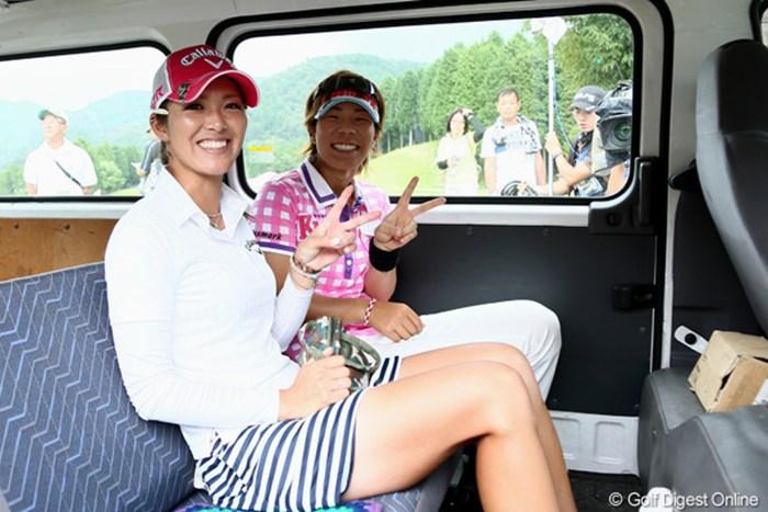 雷雨で中断、バスに乗ってカメラに「ハイピース」 2012年 ゴルフ5レディスプロゴルフトーナメント 2日目 甲田良美&穴井詩