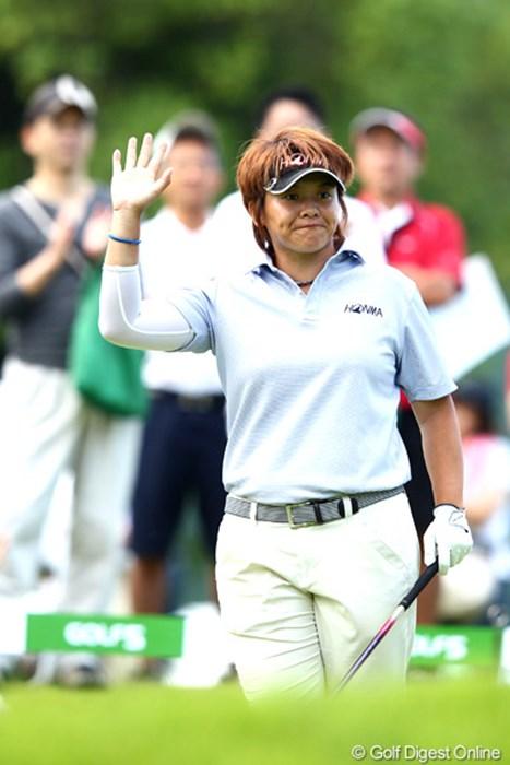 ギャラリーの声援に手をあげて応えるところは立派だよね。7アンダー 2012年 ゴルフ5レディスプロゴルフトーナメント 2日目 ウェイ・ユンジェ