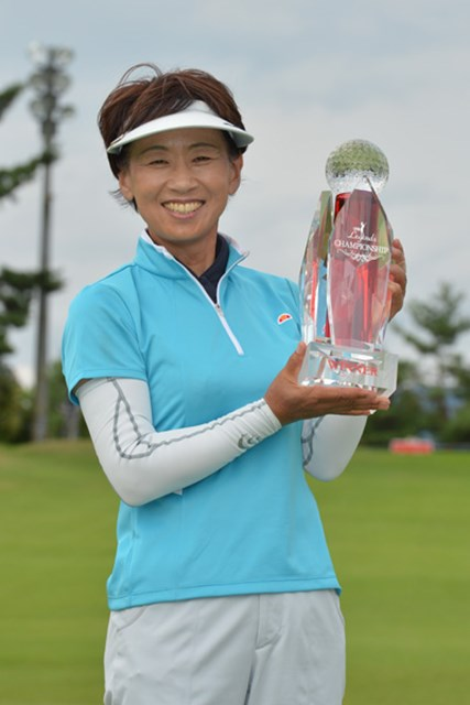 2012年 LPGAレジェンズチャンピオンシップルートインカップ 最終日 森口祐子 18年ぶりの優勝を果たした森口祐子 ※画像提供:LPGA
