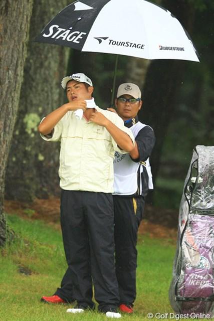 首にタオル・・・勇太の雨の日定番スタイルです。
