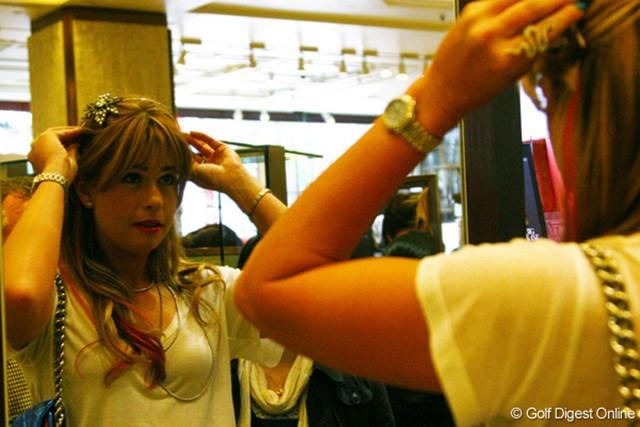 ポーラ・クリーマー 髪留め系のアクセサリーはいくつも鏡でチェックしていたポーラ