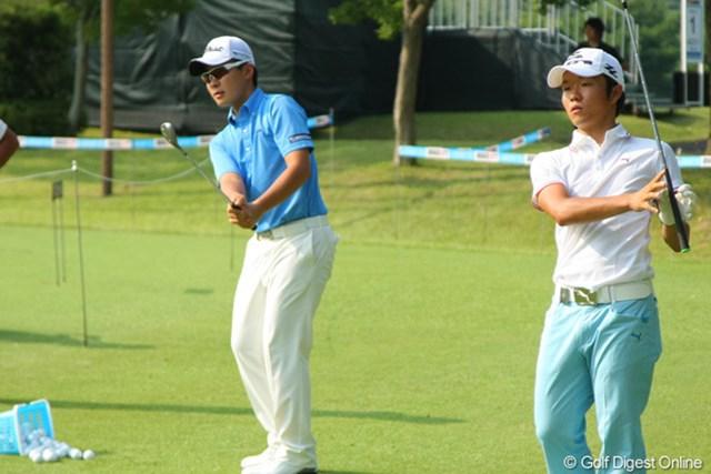 同期の浅地洋佑と競うようにアプローチ練習に励む川村昌弘(写真左)