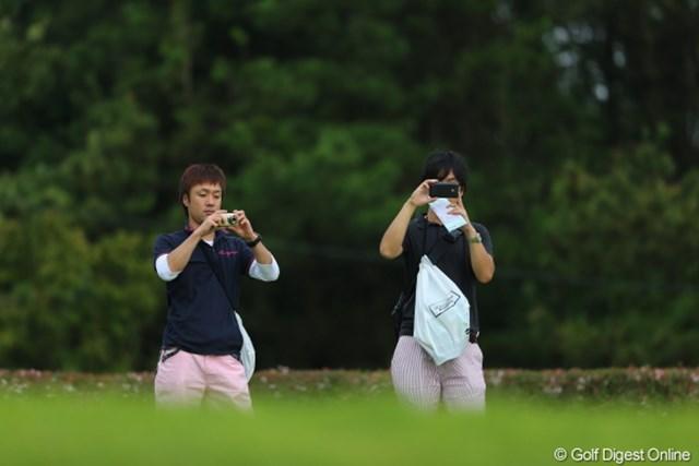 2012年 日本女子プロゴルフ選手権大会コニカミノルタ杯 初日 ギャラリー 遠目に見るとこの二人、ファッションかぶちゃってます…ていうか、撮影禁止ですよ。