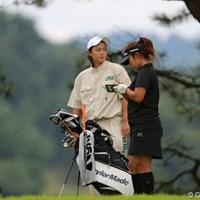 イケメンキャディだなぁ…と思ったら紫垣綾花プロでした。 2012年 日本女子プロゴルフ選手権大会コニカミノルタ杯 初日 小山内優代&キャディ