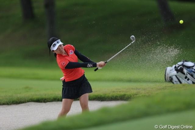 2012年 日本女子プロゴルフ選手権大会コニカミノルタ杯 初日 上原彩子 バンカーショットの写真でカラーボールは栄えます!