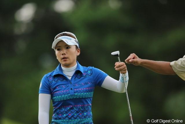 2012年 日本女子プロゴルフ選手権大会コニカミノルタ杯 初日 有村智恵 やるなら感情込めようよ。。。バーディー取った後のグータッチ。