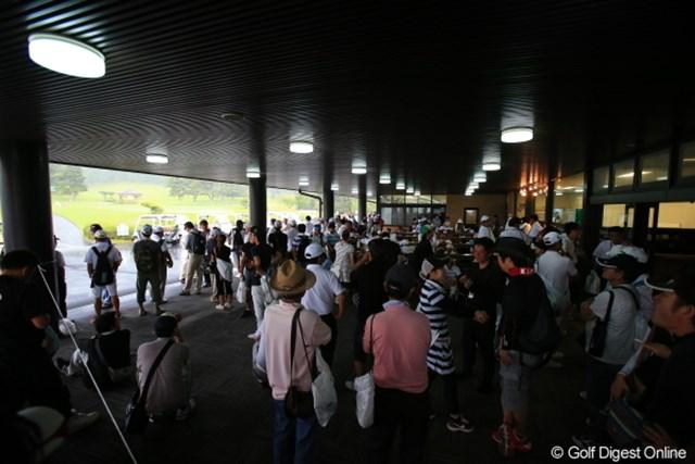2012年 日本女子プロゴルフ選手権大会コニカミノルタ杯 2日目  ギャラリー さすがに雷もなってるとギャラリーも行き場がなくて大変だよね。