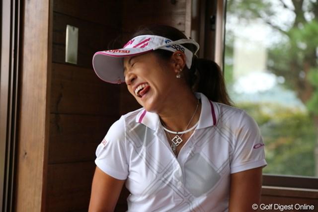 2012年 日本女子プロゴルフ選手権大会コニカミノルタ杯 2日目 藤本麻子 雨天中断中のひまつぶし…カメラサービスは欠かせない?