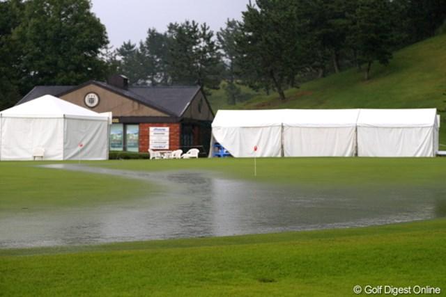 2012年 日本女子プロゴルフ選手権大会コニカミノルタ杯 2日目 練習グリーン この状態での競技再開は難しいでしょ。
