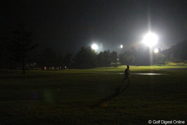 ナイター用の照明を点灯し、コース修繕に走る関係者たち。メジャーにかける想いは誰もが同じだ