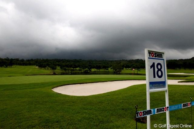 2012年 TOSHIN GOLF TOURNAMENT IN 涼仙 3日目 18番ホール コース上空には厚い雲が多い雷鳴が長い時間鳴り響いた