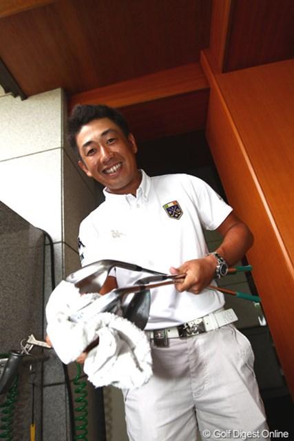 2012年 TOSHIN GOLF TOURNAMENT IN 涼仙 3日目 河野晃一郎 トレードマークのスマイルでクラブのお掃除