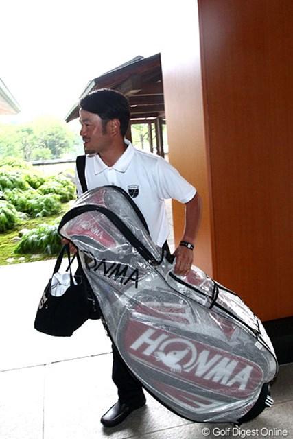 2012年 TOSHIN GOLF TOURNAMENT IN 涼仙 3日目 上平栄道 キャディバッグを入れ替えにコースに立ち寄ったら多くのカメラマンに囲まれてしまった上平栄道