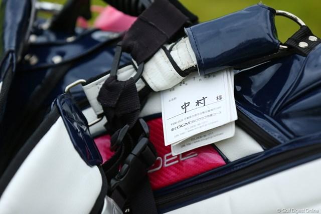 2012年 日本女子プロゴルフ選手権大会コニカミノルタ杯 3日目 キャディバッグ なんとバックに7月のどこかのゴルフ場の名札がついてた。取らないのね。