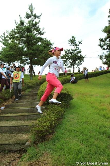 2012年 日本女子プロゴルフ選手権大会コニカミノルタ杯 3日目 有村智恵 あれ?私、植え込み踏んでます?
