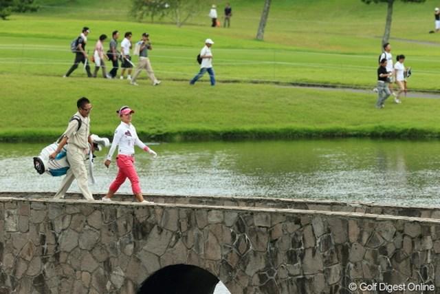 2012年 日本女子プロゴルフ選手権大会コニカミノルタ杯 3日目 有村智恵 うふふ、私の橋よ。