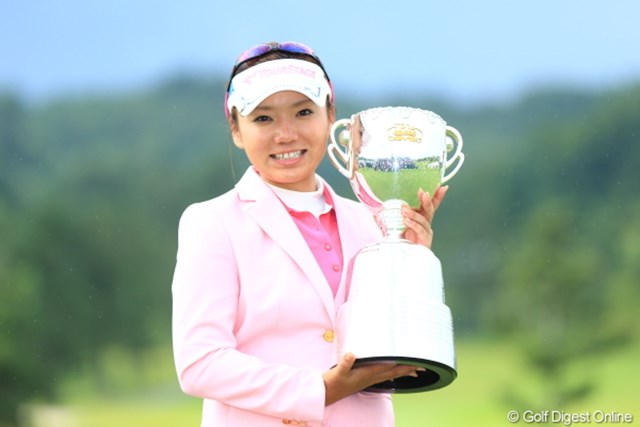 単独首位の座を守り抜き、初のメジャータイトルを獲得した有村智恵。