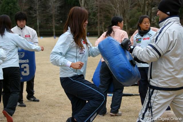 合同トレーニング アメフト流、腿上げでの膝蹴り。これも筋肉痛の元になっているそうだ