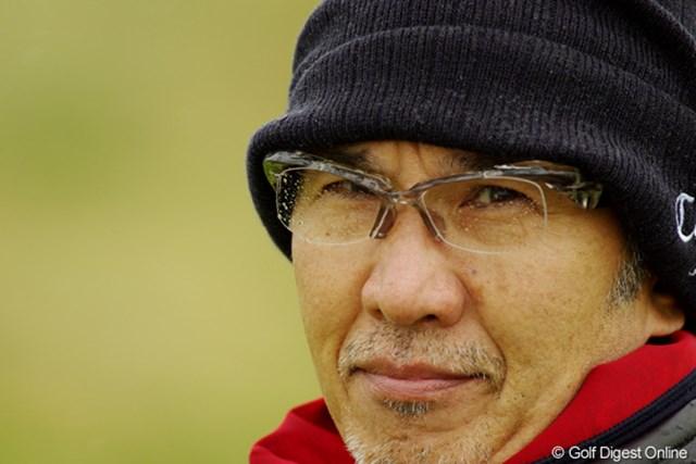2012年 全英リコー女子オープン 事前情報 雨粒 上田桃子のお父さん、メガネについた雨が視界を遮る。ところで、かっこいいフレームですね