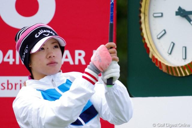 2012年 全英リコー女子オープン 事前情報 大江香織 右手にも防寒具をつけてスイング。寒さ対策が大切です