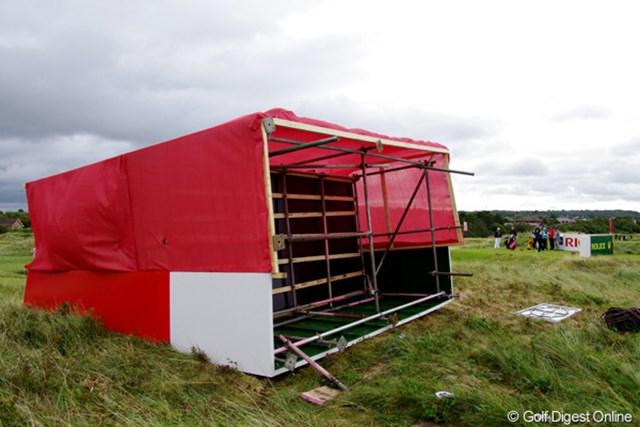 12番のティーグランド横に設置されたリーダーズボードが、昨夜風で倒壊。まるでマッチ箱