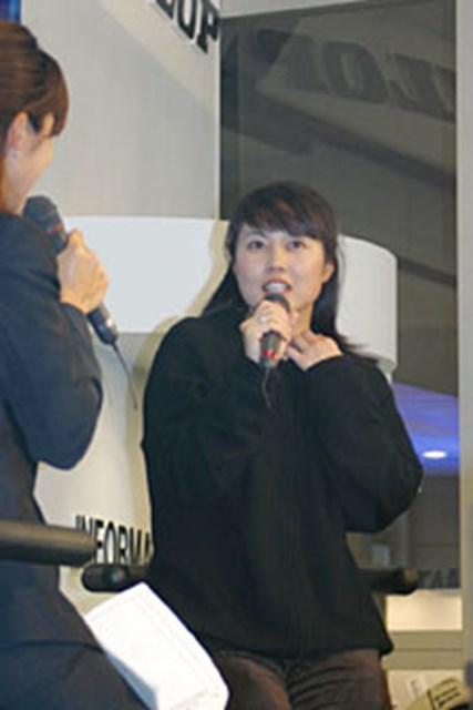 ジャパンゴルフフェア2003 最終日 坂上晴美 ダンロップのブースに現れたのは美人プロの坂上晴美
