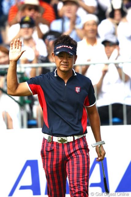最終18番でガッツポーズ!藤田寛之が今季3勝目へ向け絶好の位置に浮上。