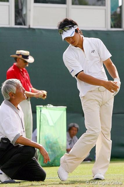 マイク小西氏から指導を受ける石川遼。リフレッシュよりもゴルフ、ゴルフ!