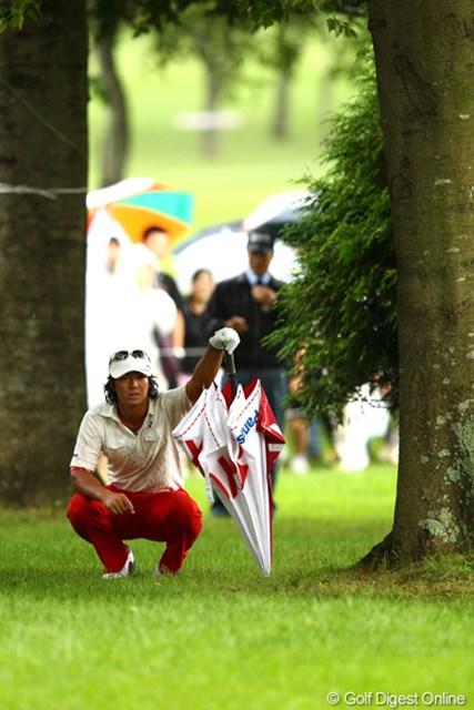 2012年 ANAオープンゴルフトーナメント 最終日 石川遼 1番でいきなり右の林に打ち込み、ボールの抜けるところの確認