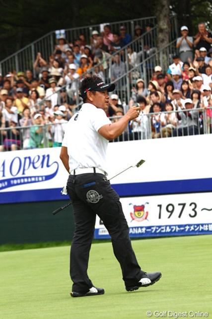 2012年 ANAオープンゴルフトーナメント 最終日 藤田寛之 優勝パットを決めて声援に応える藤田プロ