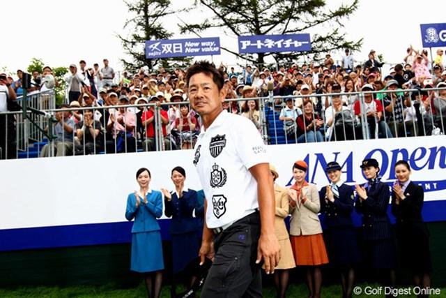 笑顔で歓声に応える藤田寛之。通算14勝目は思い出の札幌GC輪厚Cで挙げた。