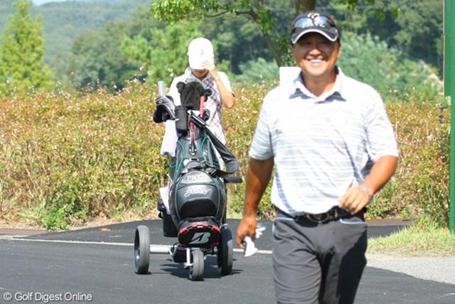 2012年 アジアパシフィックオープンゴルフチャンピオンシップ パナソニックオープン 事前情報 倉本昌弘 後ろでカートを操作しているのが奥様のマージーさん。今週は夫婦タッグで試合に挑む