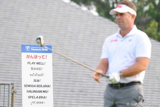 2012年 アジアパシフィックオープンゴルフチャンピオンシップ パナソニックオープン 初日 看板 さすがにワールド・ワイドな試合ですなァ。看板の表記が日本語、英語、韓国語、中国語…。あとは何語かさえもわかりませんでしたが、9ヶ国語であることは間違いないス。