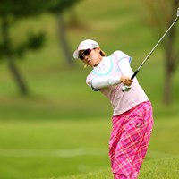 つま先下がりの傾斜からのセカンドショット、3アンダー5位タイ 2012年 ミヤギテレビ杯ダンロップ女子オープンゴルフトーナメント 初日 飯島茜