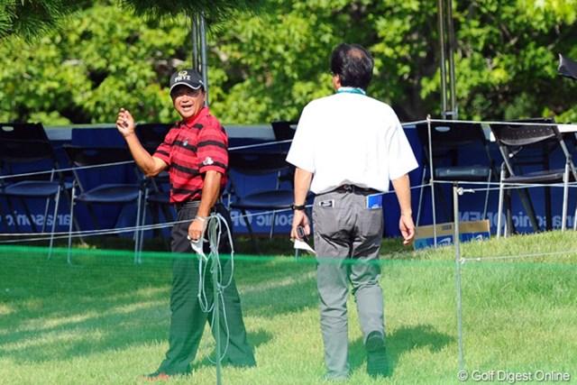 倉本昌弘/アジアパシフィックオープンゴルフチャンピオンシップ パナソニックオープン2日目 ラウンド中にプレーの進行で注意を受けた倉本昌弘選手会長はJGTOの山中氏に状況確認を行った